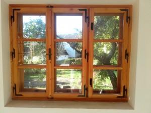 Kastenfenster Lärche mit Schmiedeeisenbeschlägen Oberfläche geölt